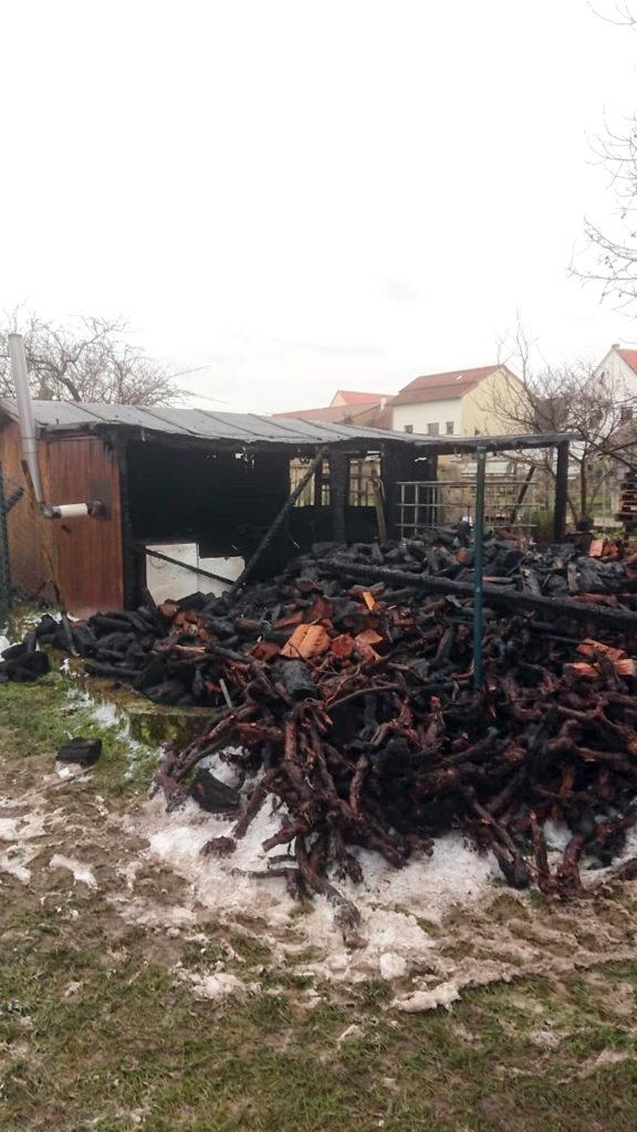 Brand eines Holzlagers in Gau-Bickelheim