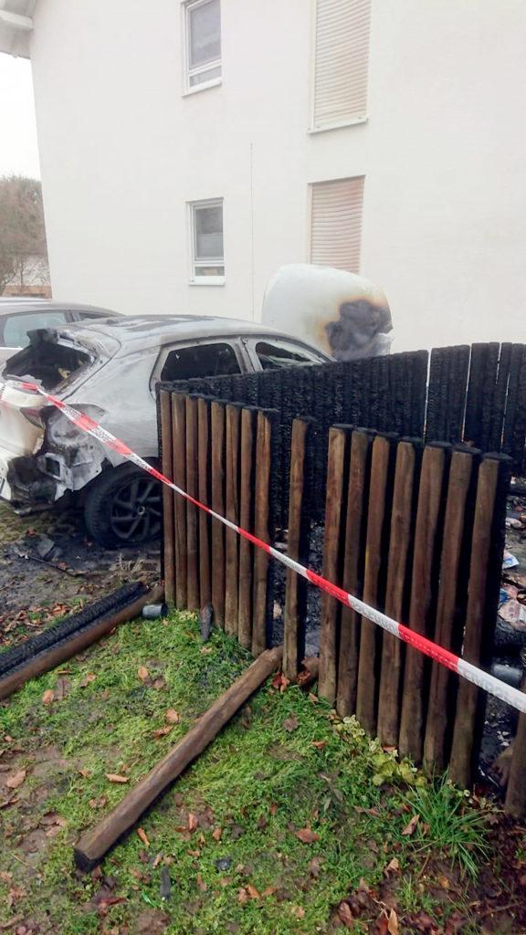 Brand eines Autos und Mülltonen in Gau-Bickelheim